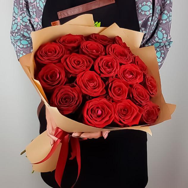 19 красных роз в крафте
