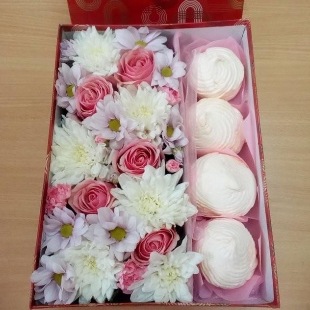 Коробочка с цветами и зефиром для близкого человека