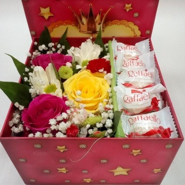 Стильная коробка с цветами и конфетами
