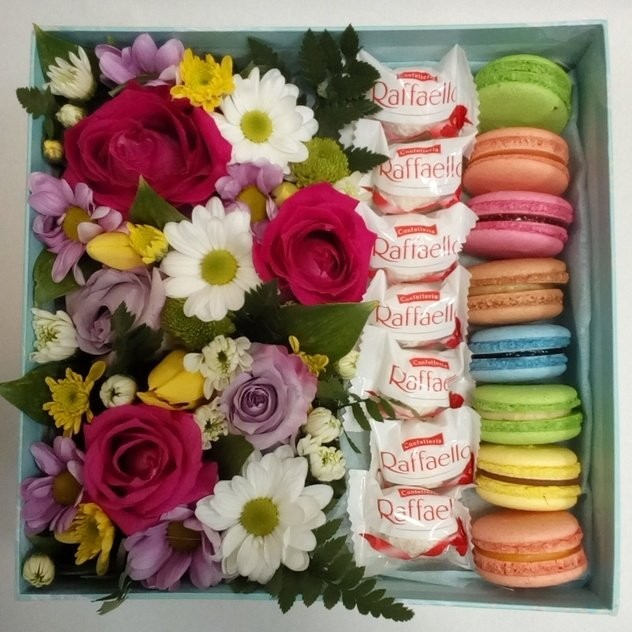 Коробочка с цветами и сладостями