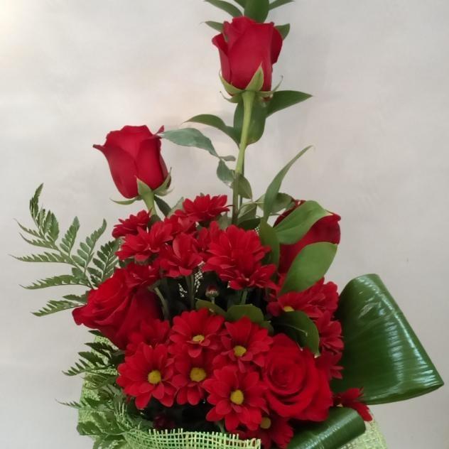 Букет из красных роз и хризантем