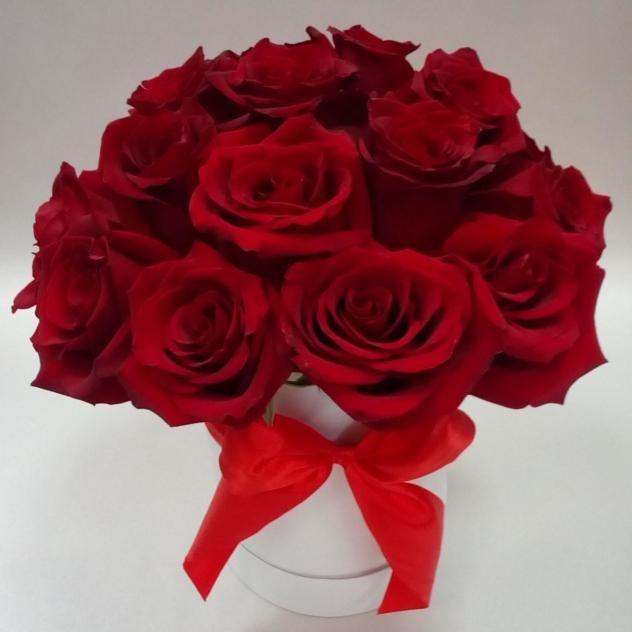 Букет в шляпной коробке из 19 красных роз
