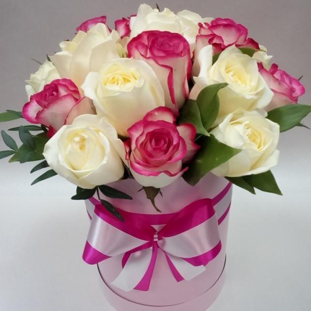 19 стильных красных роз в шляпной коробке